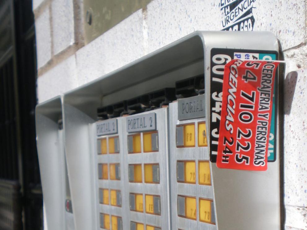 Pegatinas publicitarias en propiedades privadas de Zaragoza