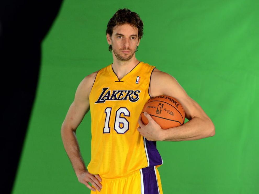 Pau Gasol posa con la camiseta de los Lakers.
