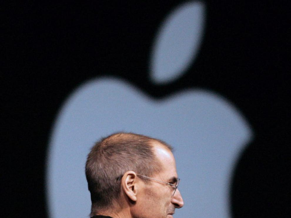 Jobs junto al famoso logo de la manzana mordida
