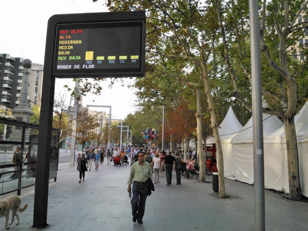 Una pantalla informa de los niveles de contaminación en Zaragoza.