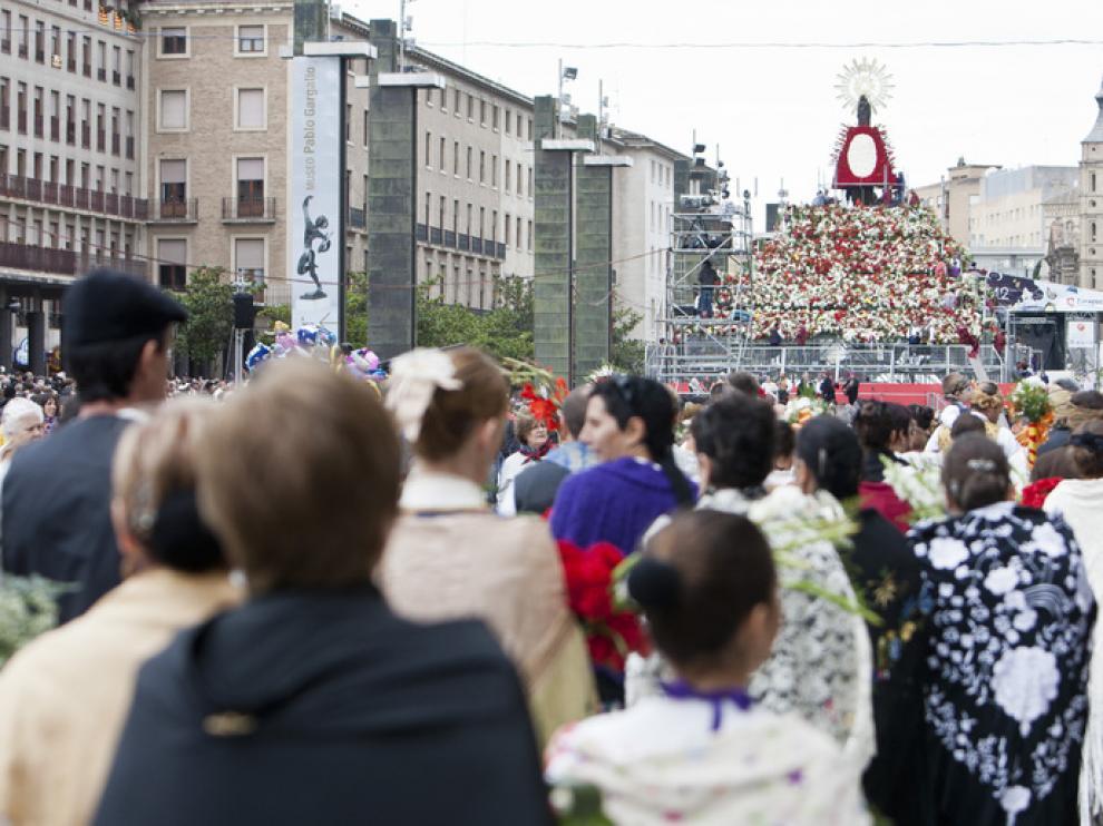 Imágenes de la ofrenda de flores a la Virgen del Pilar del año 2012.