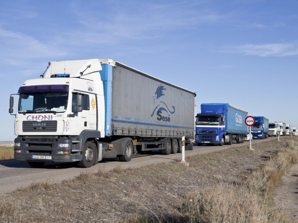 Varios camiones circulan por la N-II