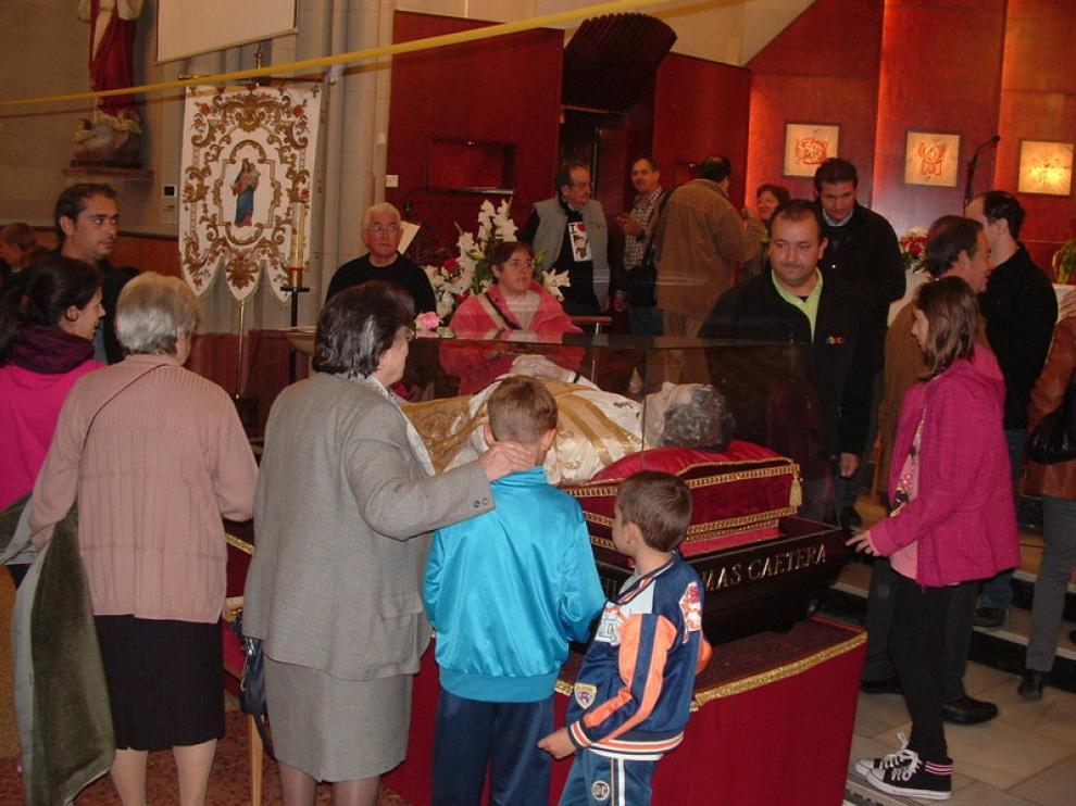 Los fieles pasan a adorar a la reliquia de Don Bosco