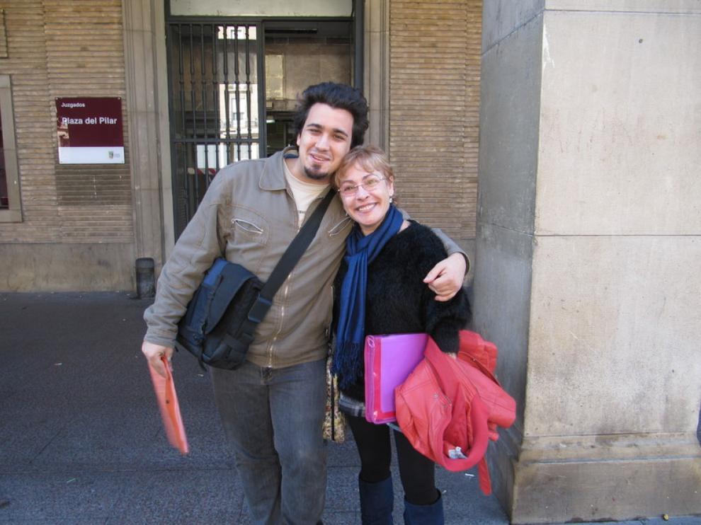 Rafa y Carmen Espada celebran la paralización del desahucio de Rafa previsto para mañana.