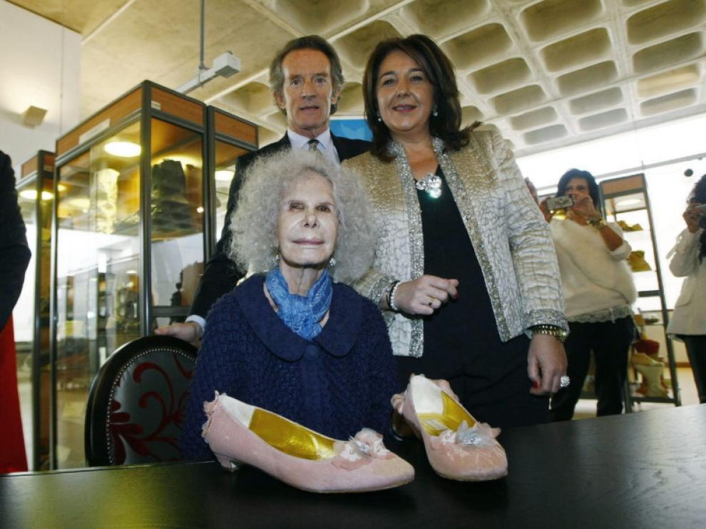 La duquesa junto a la alcaldesa de Elda y su marido