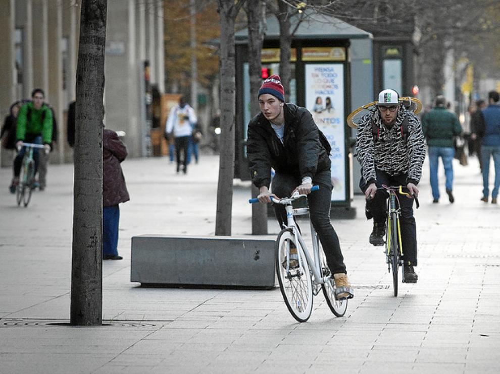 Dos ciclistas recorren el Paseo de la Independencia