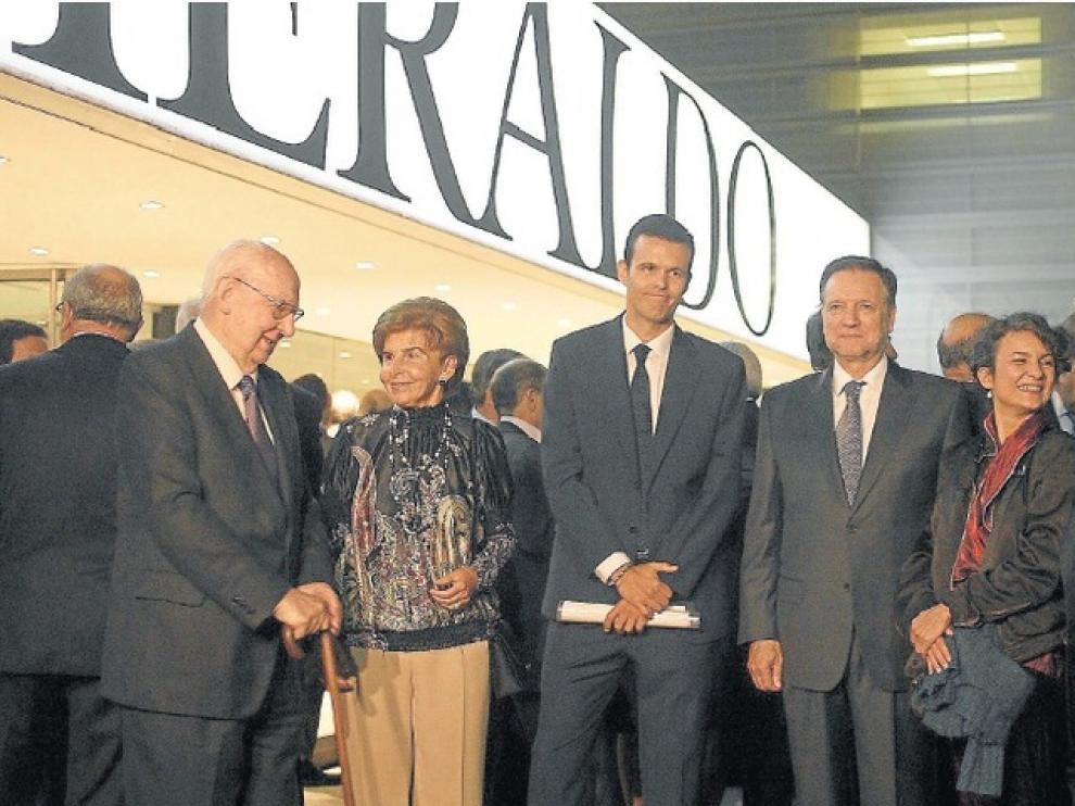 José Luis Borau, Pilar de Yarza, Eugenio Arraiza, Marcelino Iglesias, Claudia Faci y Fernando de Yarza, a las puertas de la rotativa de HERALDO.