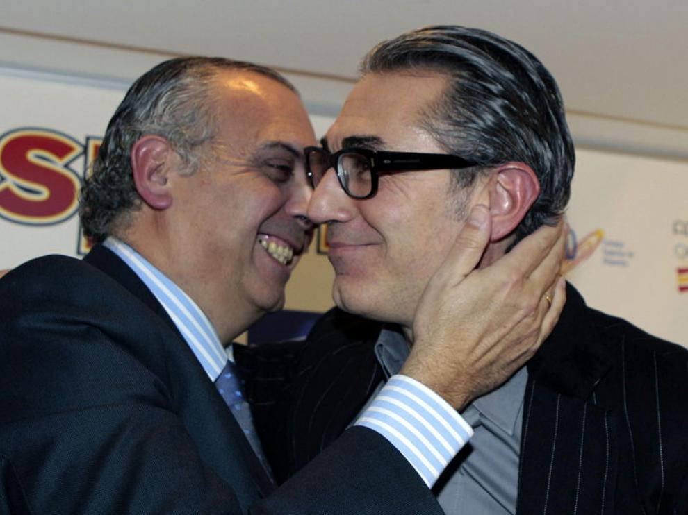 El ya exseleccionador Sergio Scariolo, con el presidente de la federación, José Luis Sáez.