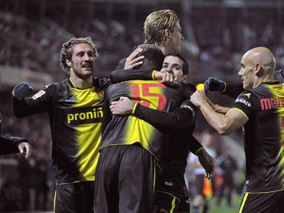 Los jugadores del Zaragoza celebran el gol de Josemari