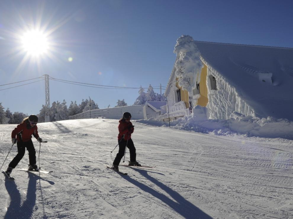 La estación turolense arranca la temporada con un gran manto de nieve