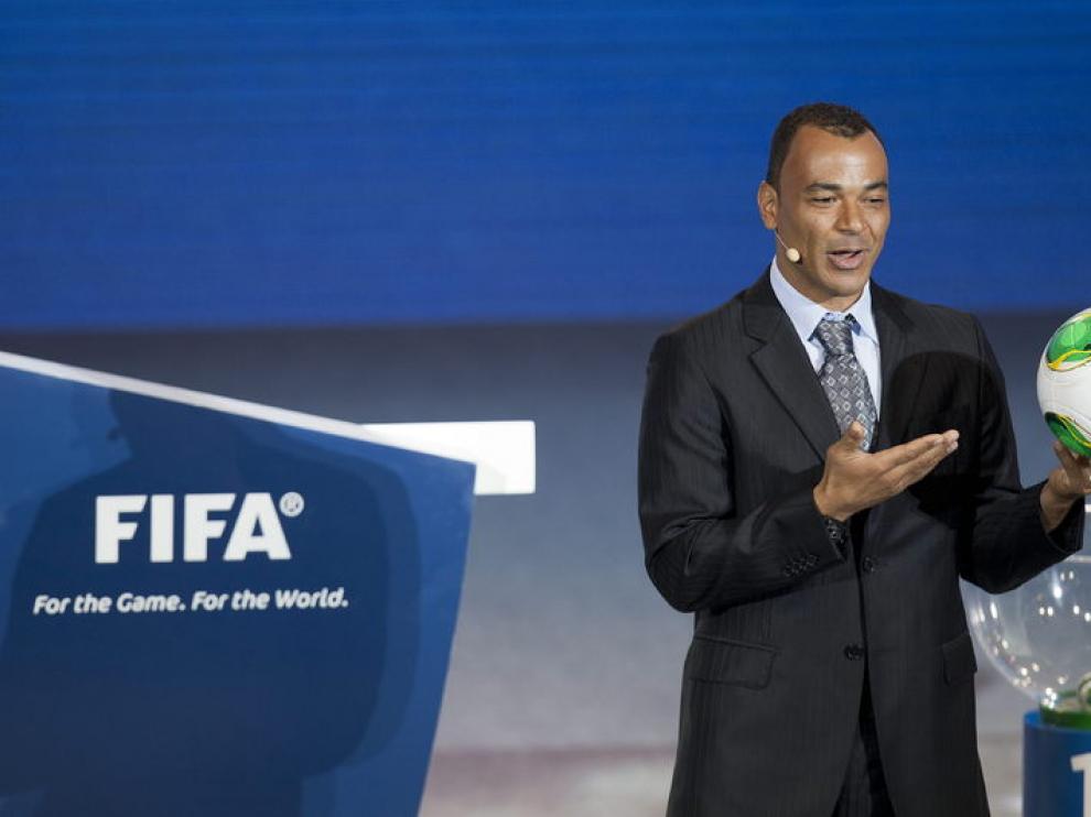 El ex jugador del Real Zaragoza Cafú muestra el balón de la Copa