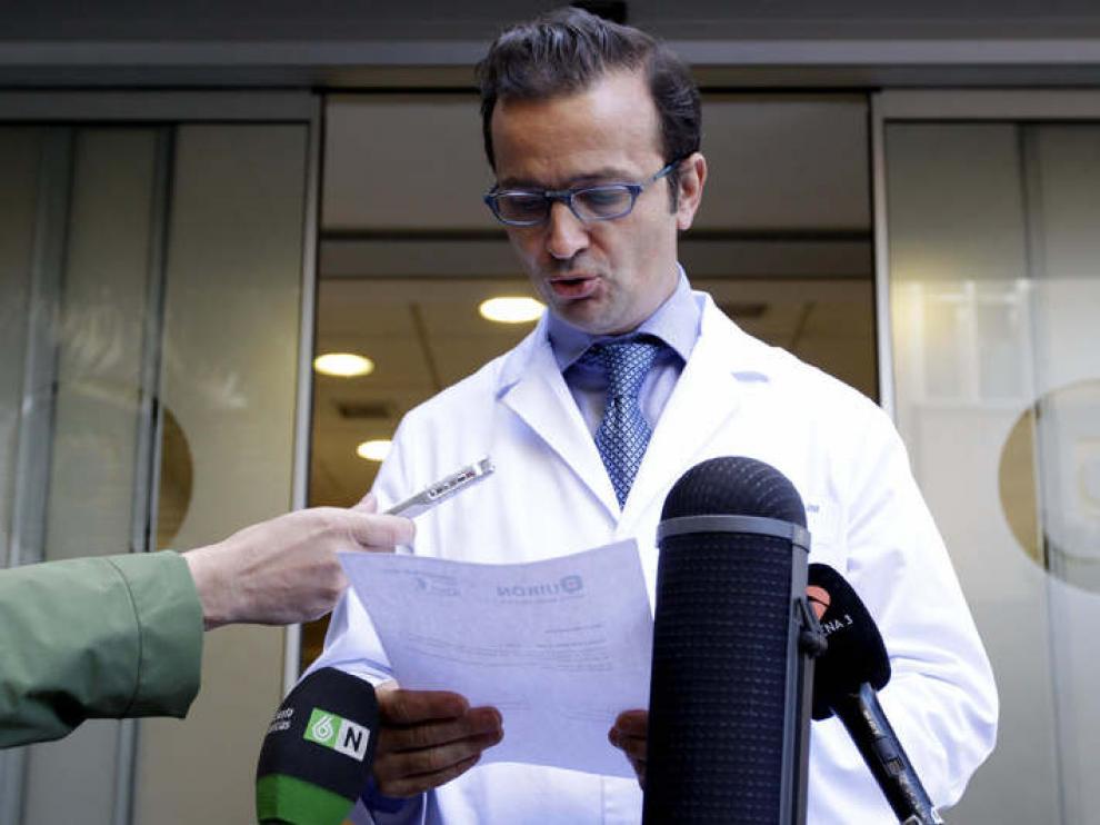 El responsable de la operación lee el comunicado en las puertas del hospital