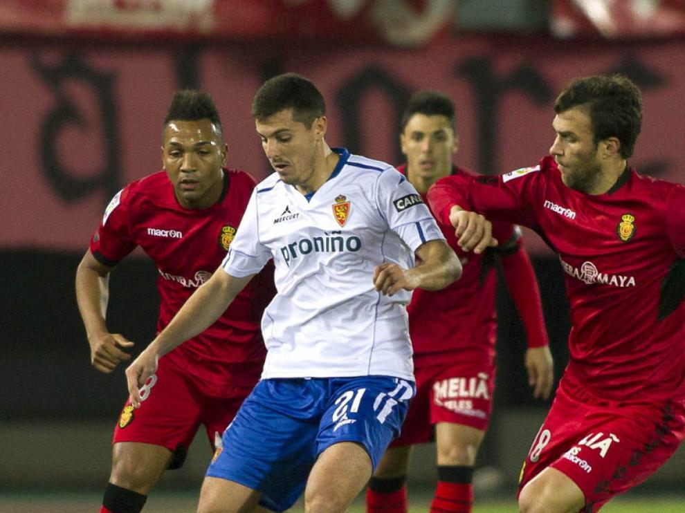 El jugador del Real Zaragoza, Abraham, disputa un balón
