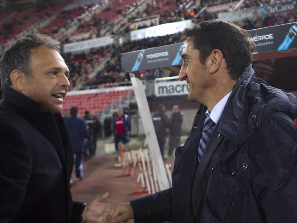 El entrenador del Zaragoza, Jiménez, a la derecha, saluda al del Mallorca