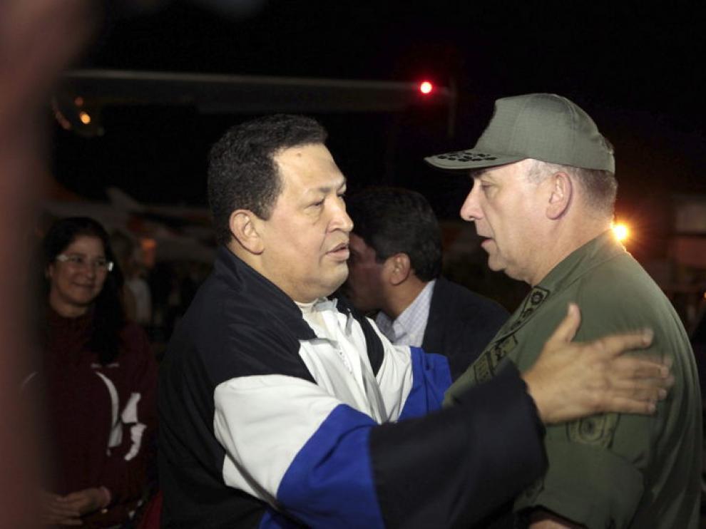 Chávez saluda al ministro de defensa a su llegada a Venezuela