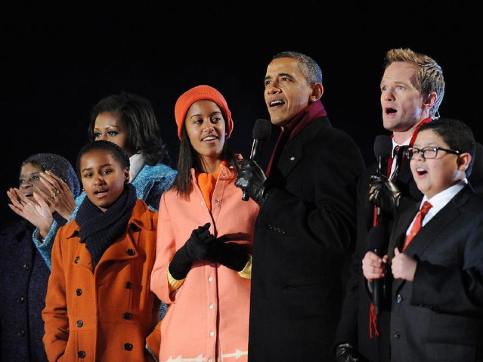 Barack Obama cantan en el escenario con los actores Neil Patrick Harris y Rico Rodríguez, y el cantante Philip Phillips.