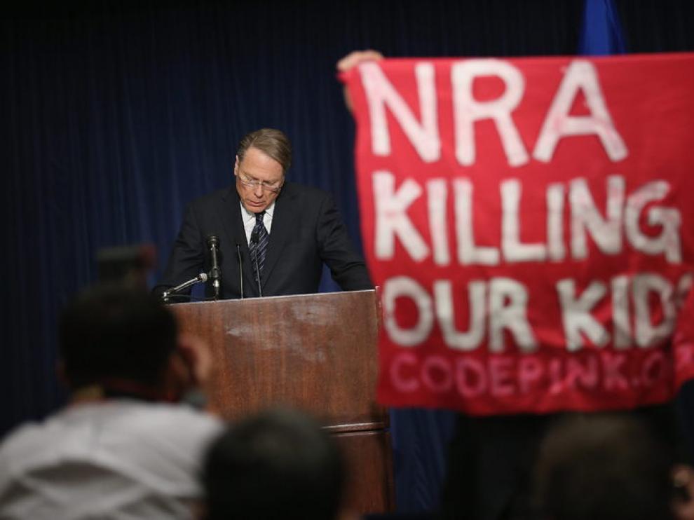 Protestas ante la rueda de prensa del vicepresidente de la Asociación Nacional del Rifle