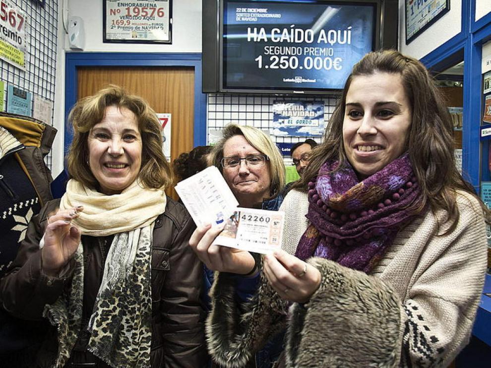 Una vecina de Aranda de Duero muestra un billete premiado con el segundo premio.