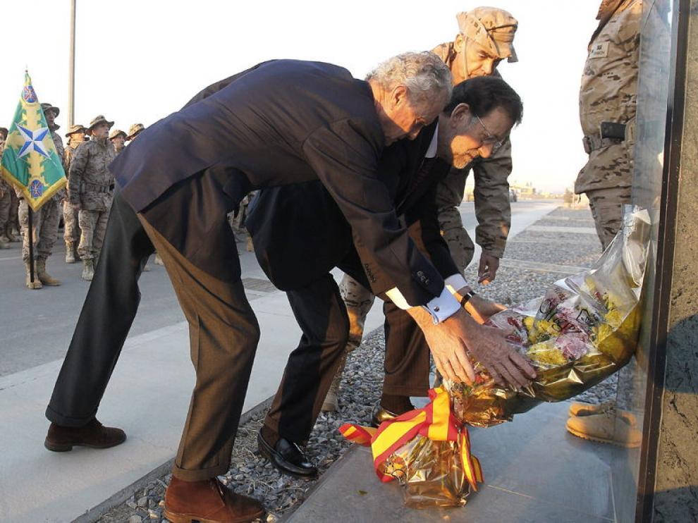 Mariano Rajoy y el ministro de Defensa depositan una corona de flores en la base de Kaia, en Kabul.