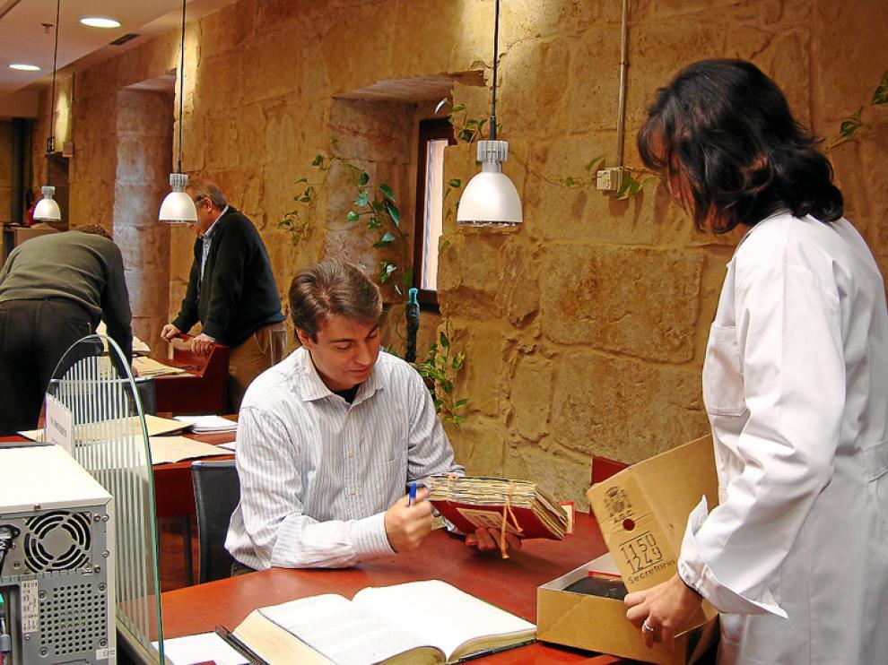 El investigador Policarpo Sánchez, en el archivo de Salamanca.