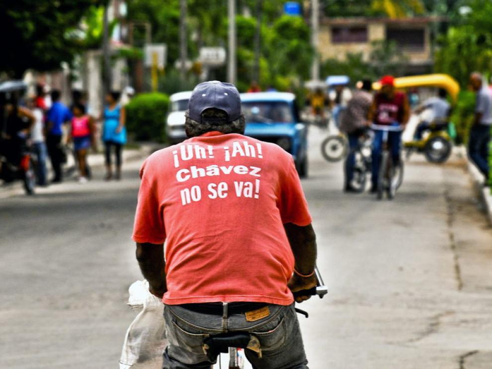 Un hombre viste una camiseta con un mensaje de ánimo a Chávez en La Habana