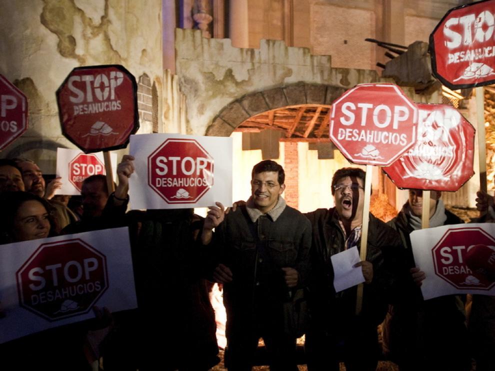 Stop Desahucios ante el pesebre de la plaza del Pilar