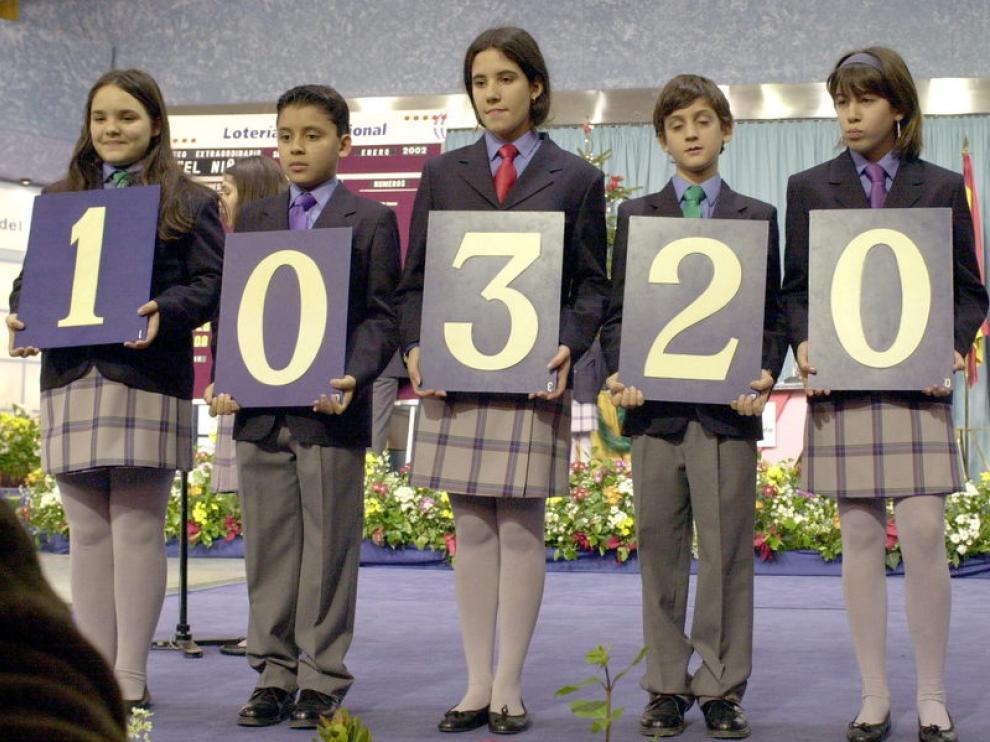 Los niños de San Ildefonso muestran el número premiado en años anteriores