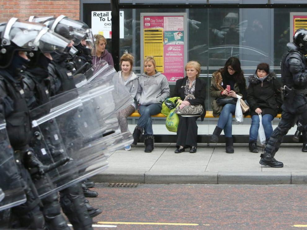 Un centenar de personas ataca a la Policía en nuevos disturbios en Belfast