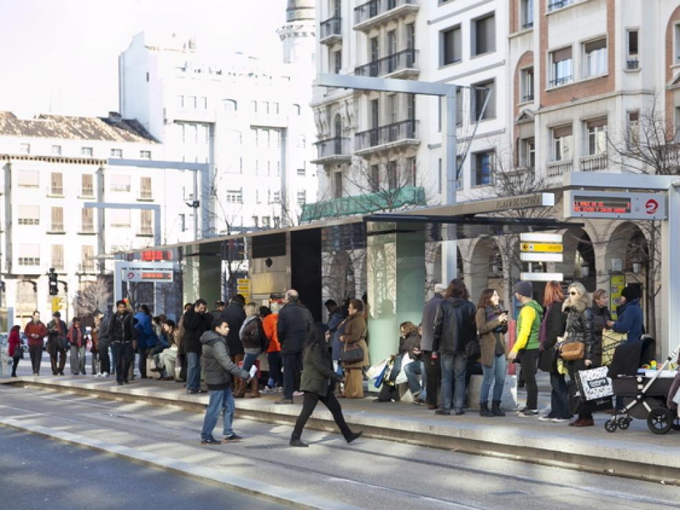 Decenas de personas esperan el tranvía en la parada de la plaza de Aragón, ayer por la mañana.