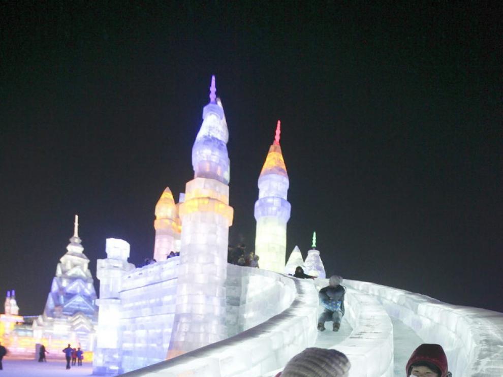 El tobogán de hielo es uno de los monumentos tradicionales en este certámen