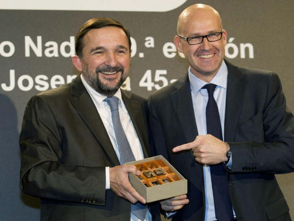 Vila-Sanjuán, junto al periodista Genís Sinca, ganador del Premio Josep Pla
