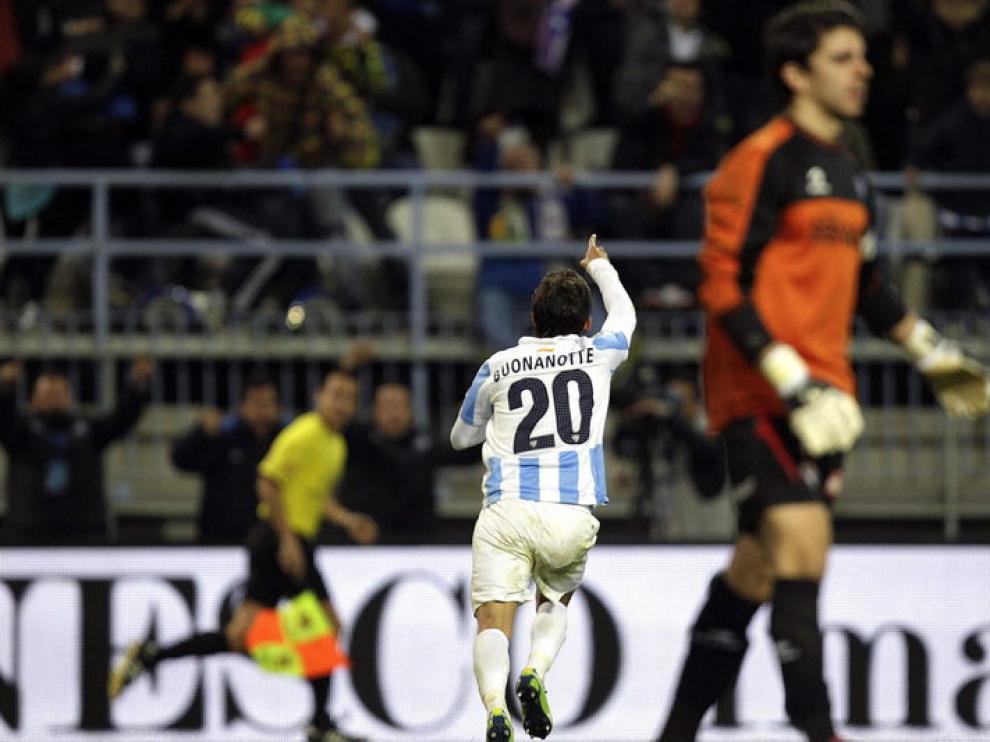 El delantero argentino Diego Buonanotte celebra el primer gol del Málaga ante el Eibar.