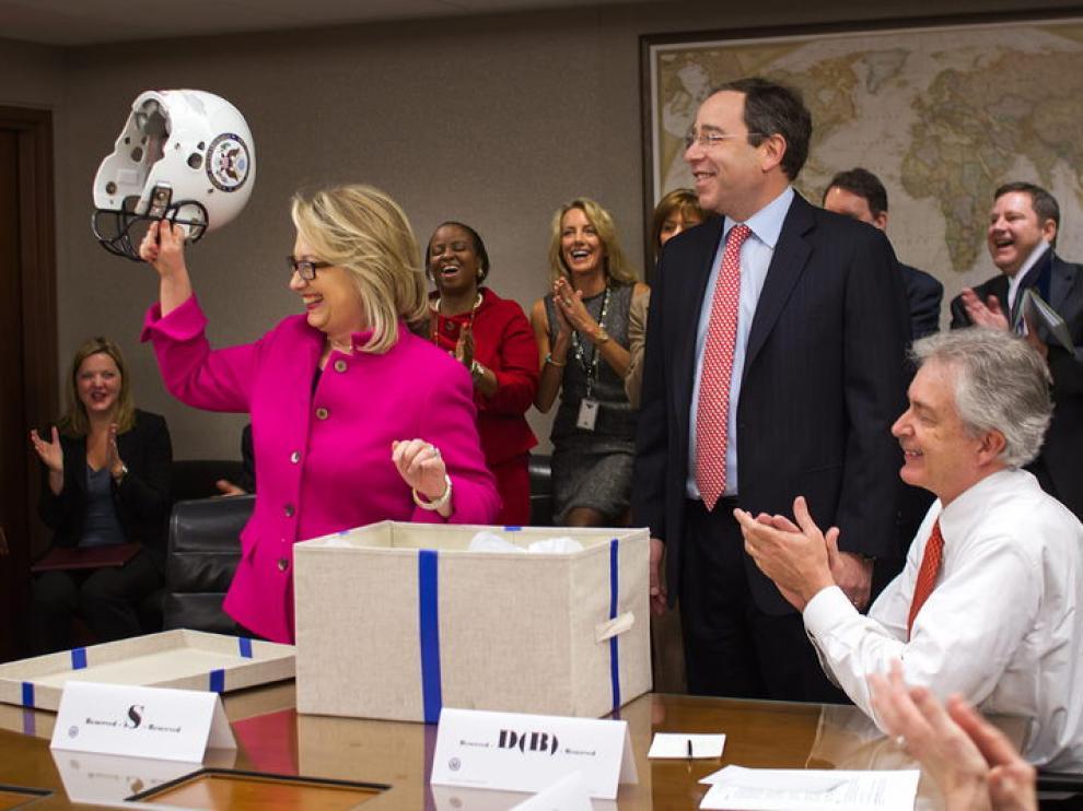 Hillary Clinton recibió una ovación y un casco en su vuelta al trabajo