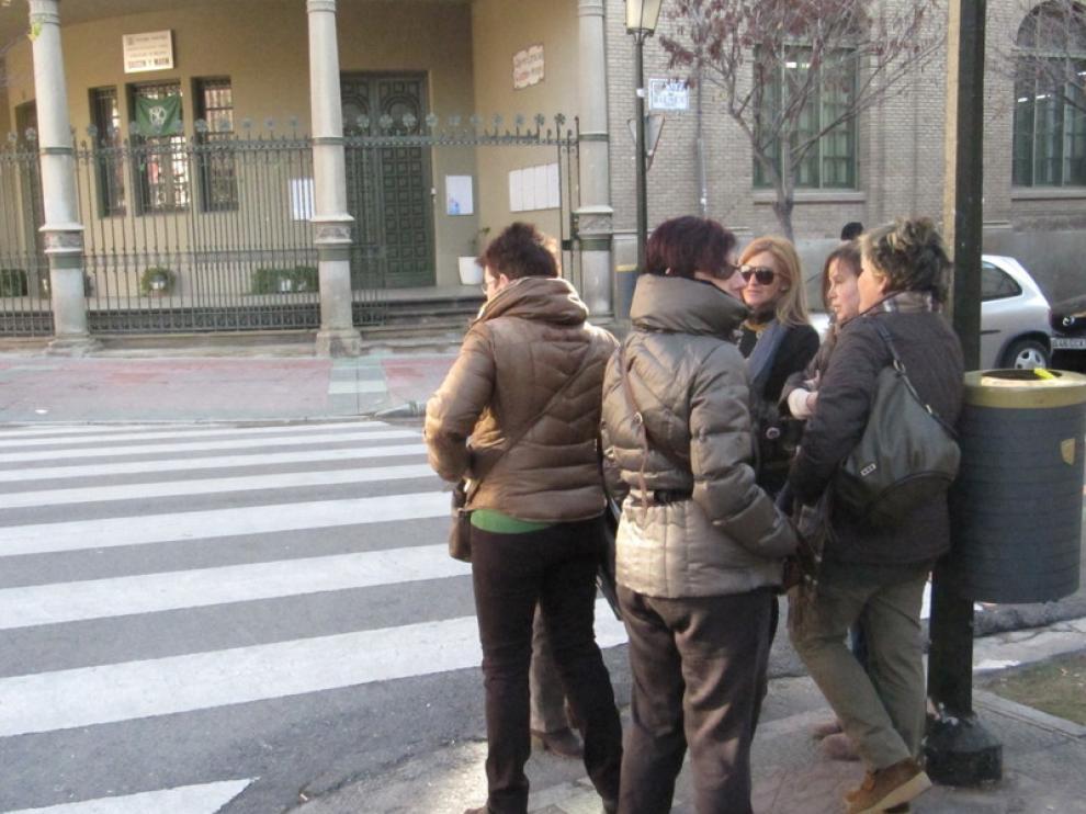 Monitoras en huelga en la puerta del colegio Gascón y Marín
