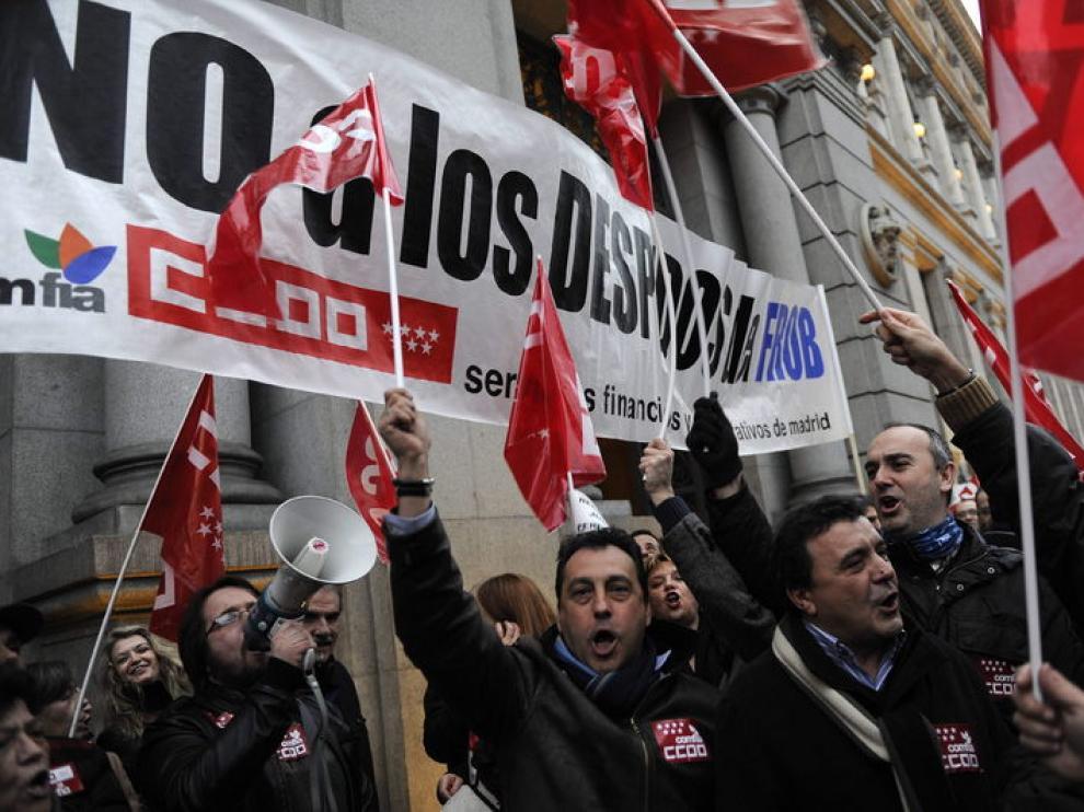 Cientos de personas se han manifestado junto al Banco de España