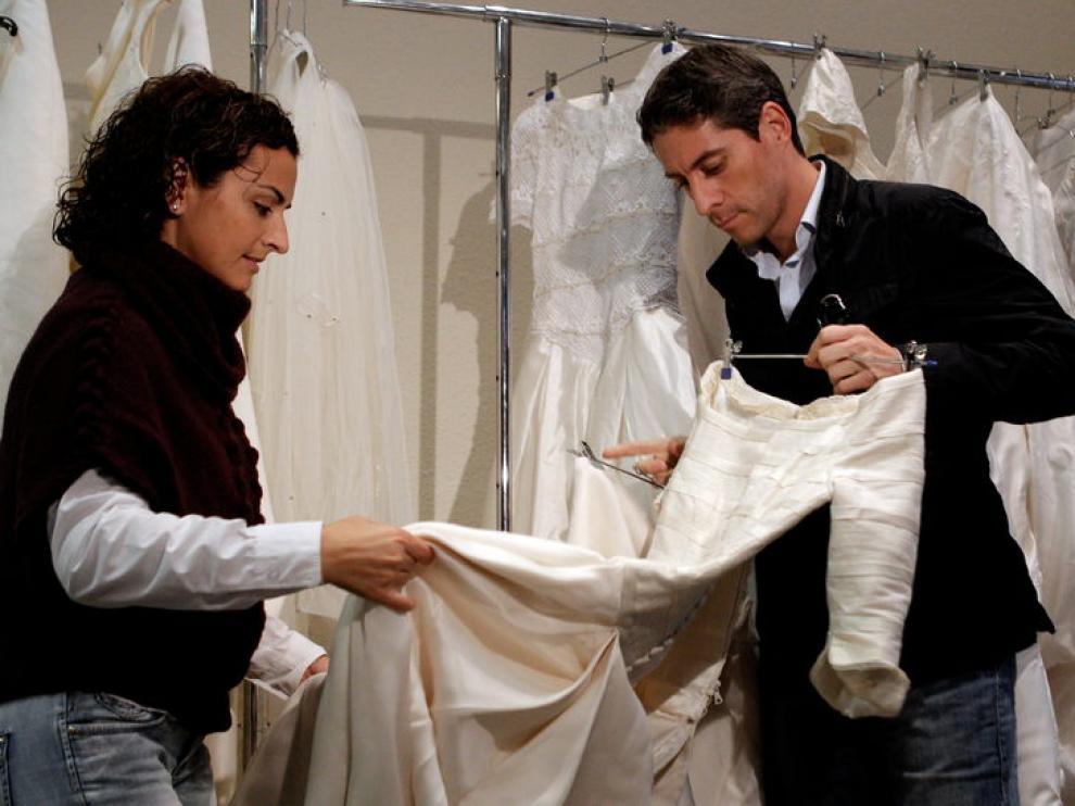 Una pareja en busca del vestido perfecto