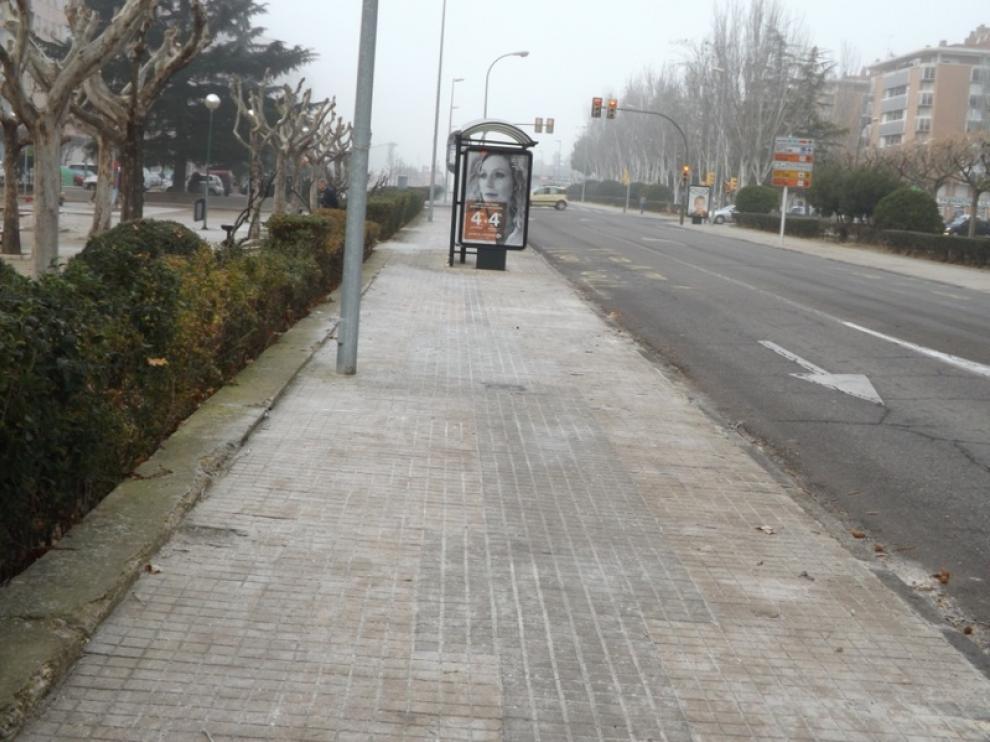 La acera impar del último tramo de Martínez de Velasco, cubierta de hielo