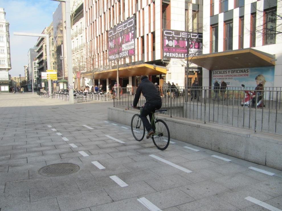 Un ciclista, ayer, en el nuevo carril bici de la plaza de España