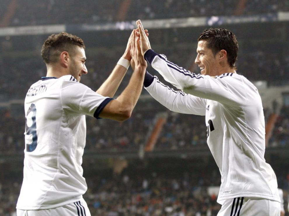 Cristiano Ronaldo celebra uno de sus goles con Benzema.