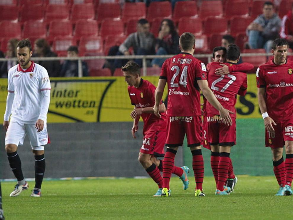 Los jugadores del Mallorca celebran su segundo gol ante el Sevilla.