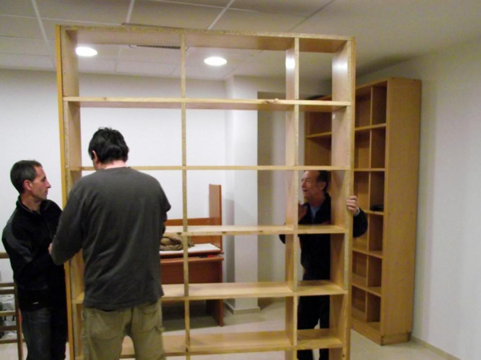 Vecinos de Parque Goya participan en el montaje de la biblioteca autogestionada por la asociación.