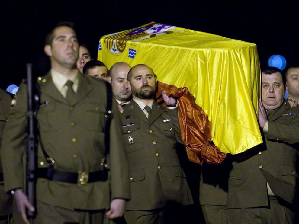 Familiares y autoridades han recibido los restos mortales del sargento