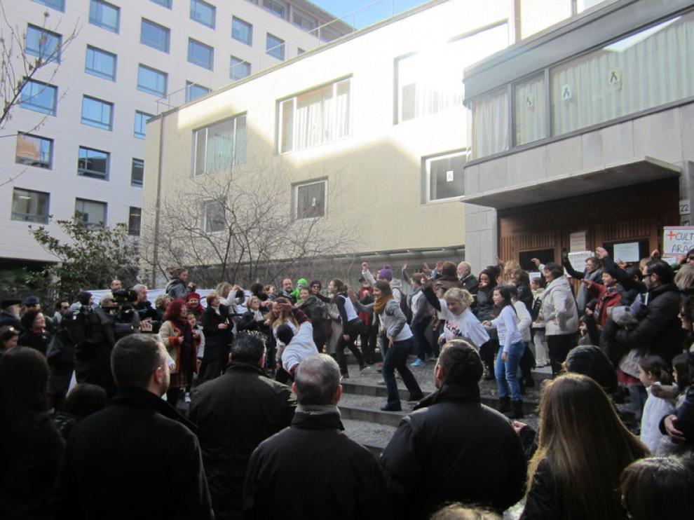 Un 'flashmob' en contra del cierre de la Biblioteca de Aragón los sábados