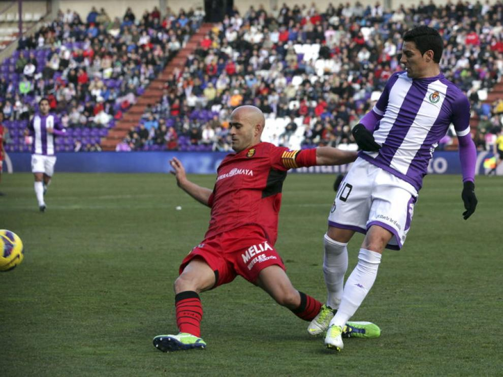Óscar y Nunes pelean por el balón