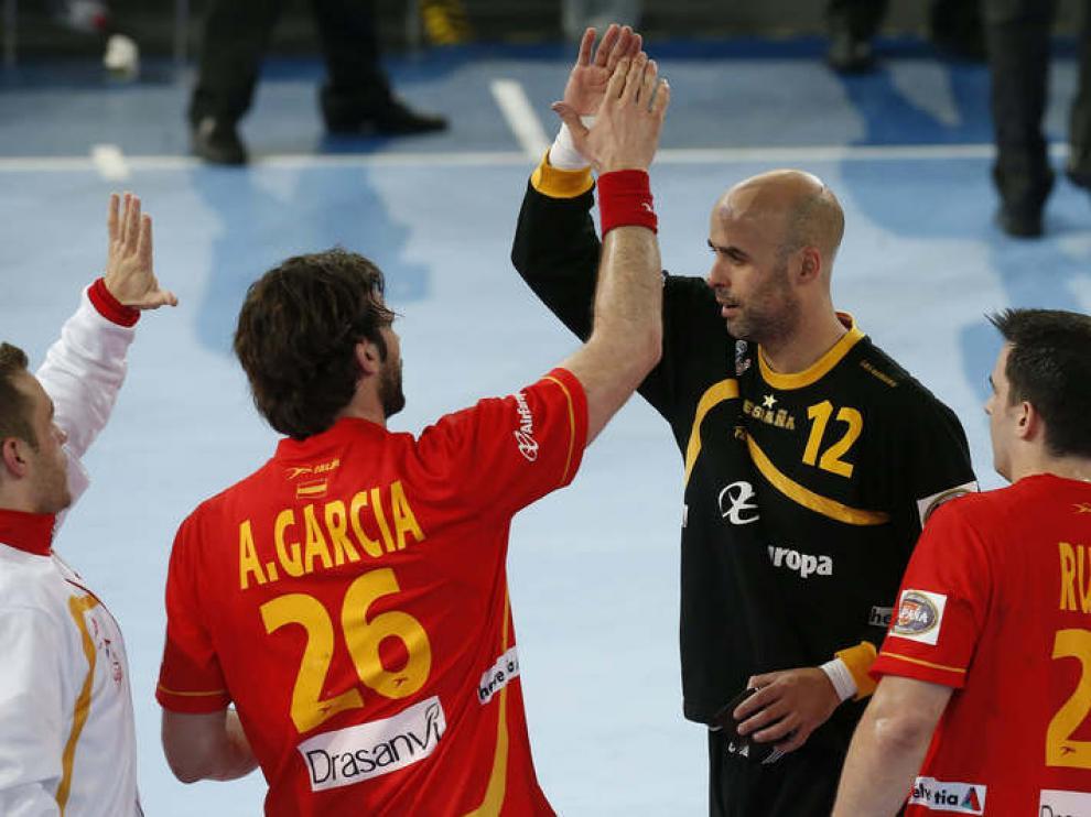 Sierra es felicitado por sus compañeros Antonio García y Ruesga
