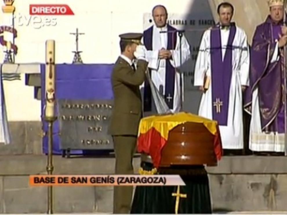 El príncipe ha impuesto la cruz del mérito militar al fallecido