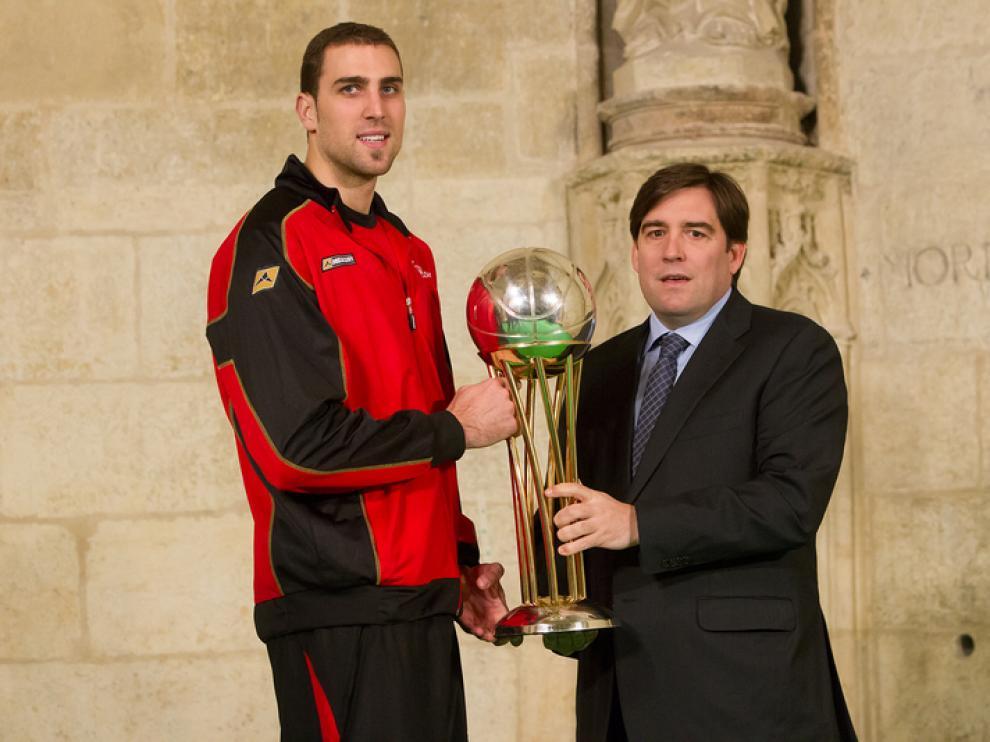 Raynaldo Benito y Pablo Aguilar, con el trofeo