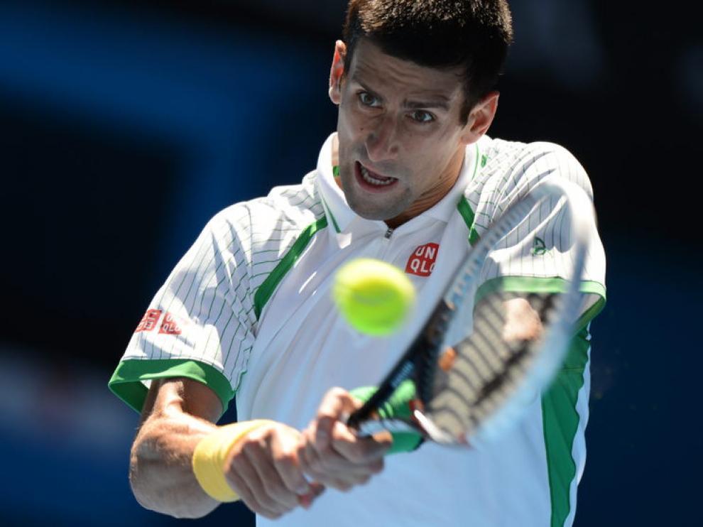 Djokovic golpea la pelota