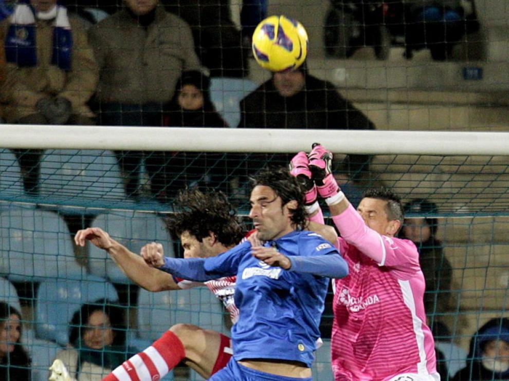 El centrocampista del Getafe Juan Rodríguez y el portero del Granada Roberto Fernández