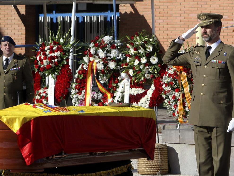 El Príncipe Felipe impone la medalla al sargento fallecido.